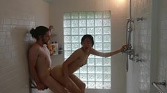 Az ázsiai barátnő a tusolóban kefél