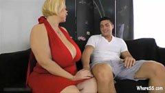 Den feta mogna kvinnan och den unga killen