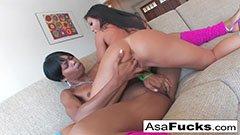 Den asiatiska skönheten och den svarta tjejen