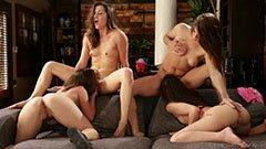 Fyra vackra tjejer gör en bra fest