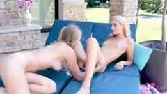 Blonda tikar på terrassen