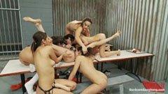 Lesbisk gangbang i fängelset