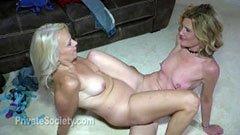 Den mogna glasögon hustrun och den kurviga blonda kvinnan