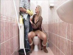 Megöklözi a szöszit a nyilvános wc-ben