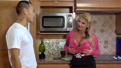 Блондинката майка чука с младия човек в кухнята