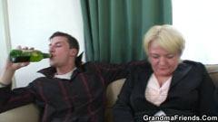 Старата жена получава прецака от двама мъже