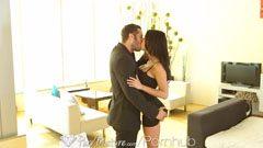 Mannen fångar hennes hustru medan hon klär upp