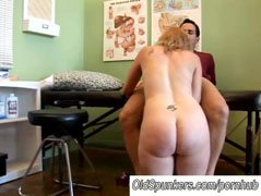 Блондинката съпругата и гинеколог