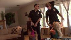 A fiatal csajok és a két rendőrbácsi