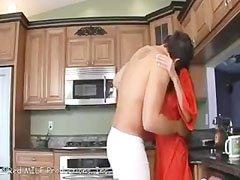 A konyhában megkefélt háziasszony