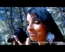 Skog eventyr av brunette dama