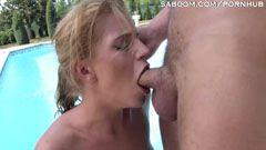 Блондинката мама иска хуй в задника