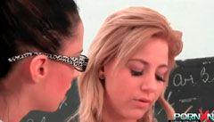 L′écolière blonds branche son poing à l′enseignant