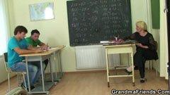 По-възрастната учителка и на двамата студенти