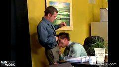 Fiatalos melegpornó az irodában