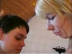 A német anyuka masztizáson kapja a fiát