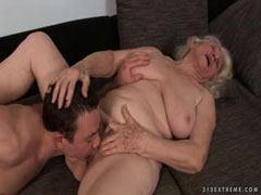 Il baise la chatte poilue de la vieille femme