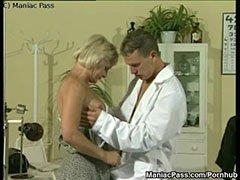 Спортният лекар и зрелия блондинка