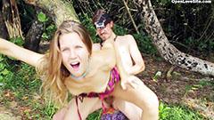 Äventyr av par på stranden
