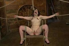A pajtában a székhez kötözve