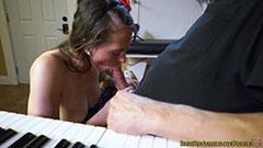 A kicsi lány leszopja a zenetanárt