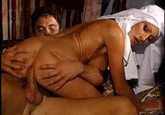 Той мами монахинята в задника