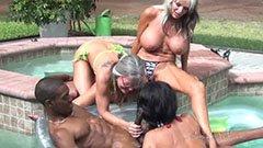 Трите зрели жени и черна змия