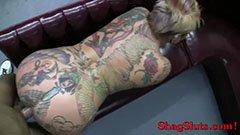 A rövidhajú tetkós asszony