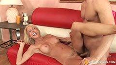 С русата баба на дивана