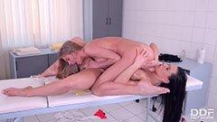 Красивата масажистка и блондинката