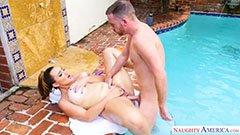 Сексната гладна майка се чука край басейна