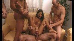 Младата азиатска кучка и тримата мъже