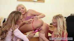 Блондинката мама и двете млади приятелки