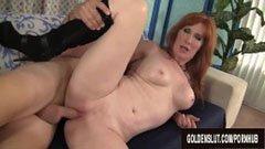 Червената коса възрастни съпруга почита големи пенис
