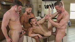 Четирима гей мъже в кухнята