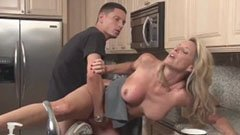 Блондинката домакиня и 18-годишният човек