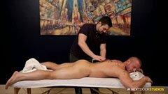 Младият масажист и мускулестият клиент
