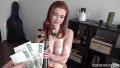 A vöröshajú kiscsaj pénzért kefél