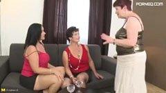 Трите възрастни жени и младият човек