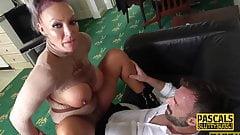 Покорната блондинка милф иска твърд секс
