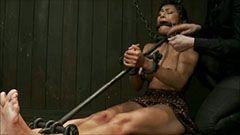 Brunette slaven mottar brutale smerter
