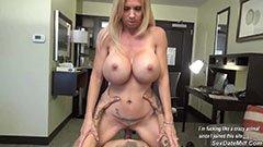 Den blonde sekretæren knuller på kontoret