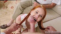 Den fine lille jenta suger den stive kuken fantastisk