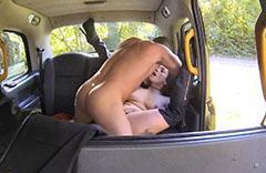 Taxichauffören knullar med kunden