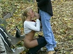 Den blonde tispe knuller i parken