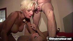 De två mammorna tillber grupp sex