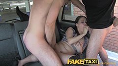 Den unga tjejen, pojkvännen och taxichauffören