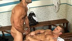 Muskullade killar i omklädningsrummet