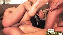 Den blonde tyske tispe knuller med to gutter