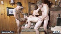 Tre flotte menn i stuen